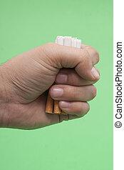 cigaretták, emberi kezezés