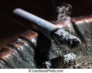 cigarette, émettre, fumée, brûlé, cendrier