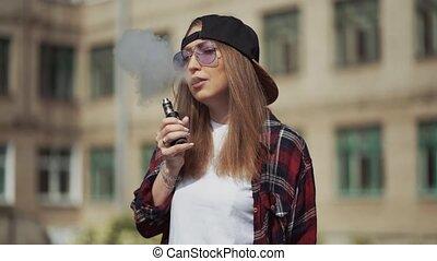 cigarette, casquette, femme, device.happy, populaire, ecig, vaping, gadget, vape, lent, modèle, portrait, électronique, joli, ecig., mouvement, vaporizer., fumeur, brunette, fille femme, noir, hipster, vaper, prise vue., e-cig., jeune