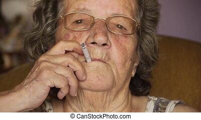 cigarette, vieille femme, retiré, fumer