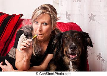 cigarrillo, rubio, mujer, eléctrico, perro