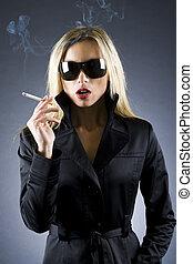 cigarro, mulher, loura, segurando