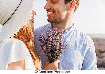 cima, de, alegre, par jovem, abraçar