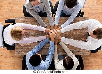 cima, de, equipe negócio, com, mãos, topo
