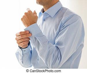 cima, de, homem, amarrar, botões, ligado, manga camisa
