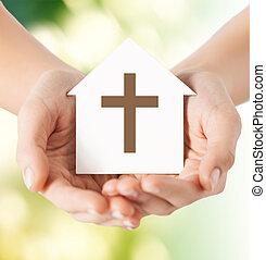 cima, de, mãos, e, papel, casa, com, crucifixos