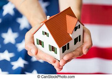 cima, de, mãos, segurando, casa, sobre, bandeira americana