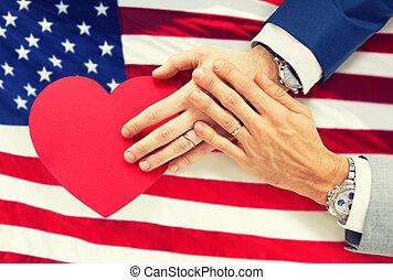 cima, de, macho, par alegre, mãos, com, coração vermelho