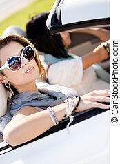 cima, de, meninas, em, óculos de sol, em, a, automóvel