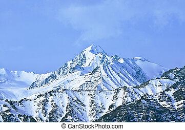 cima, de, montañas altas, cubierto, por, snow., india.
