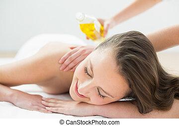 cima, de, mulher bonita, desfrutando, óleo, massagem
