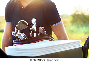 cima, de, profissional, golfe, engrenagem, ligado, a, campo golfe, em, pôr do sol