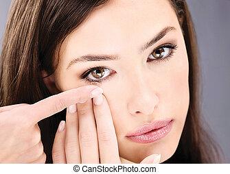 cima, de, um, mulher, pôr, lente contato, em, dela, olho