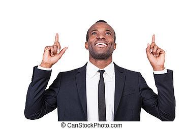 cima, fundo, jovem, businessman., apontar, isolado, sucedido, bonito, homem, africano, sorridente pé, enquanto, formalwear, branca