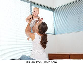 cima, mãe, bebê, tocando, levantamento, feliz