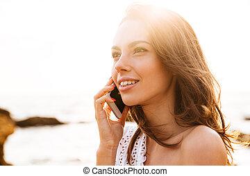 cima, quadro, de, mulher jovem, falando, por, a, smartphone