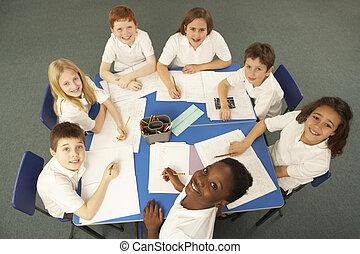 cima visão, de, schoolchildren, trabalhe, escrivaninha
