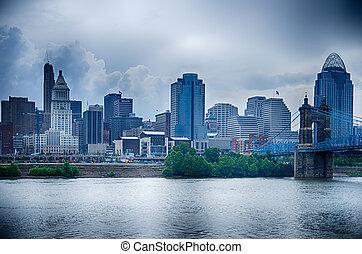 cincinnati, skyline., podoba, o, cincinnati, městská silueta, a, dějinný, joh