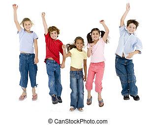 cinco, amigos, pular, e, sorrindo
