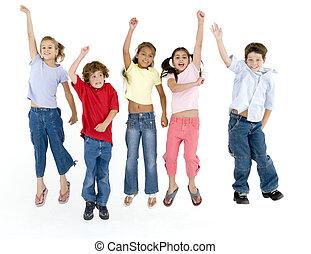 cinco, amigos, saltar, y, sonriente
