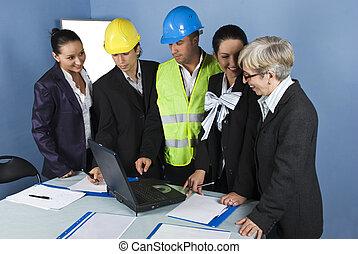 cinco, arquitetos, equipe, em, escritório, trabalhando