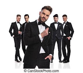 cinco, elegante, groomsmen, ficar, com, arrogante, líder, frente