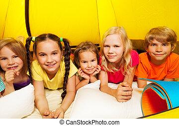 cinco, feliz, niños, colocar, en, tienda, y, sonrisa