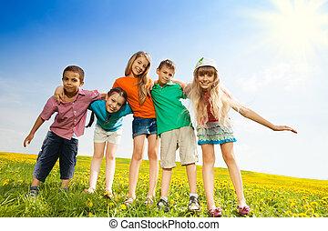 cinco, feliz, niños, en el parque