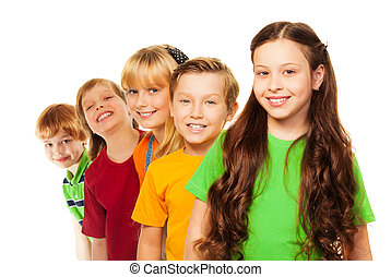 cinco, feliz, niños, estar en una línea
