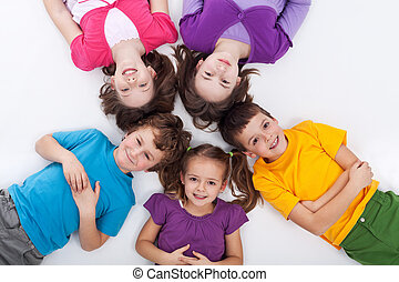 cinco, feliz, niños, sobre el piso