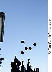cinco, grad, estudiantes, lanzamiento, su, sombreros, en, el, cielo