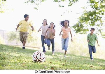 cinco, jovem, amigos, futebol jogando