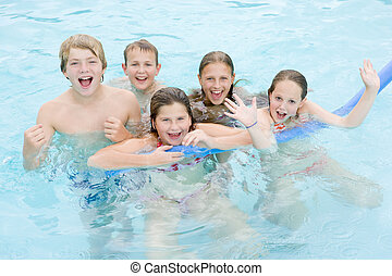 cinco, joven, amigos, en, piscina, juego, y, sonriente