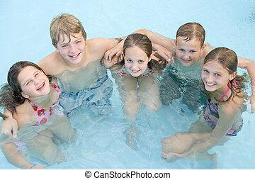 cinco, joven, amigos, en, piscina, sonriente