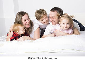 cinco, miembro, familia joven, tener diversión, en cama