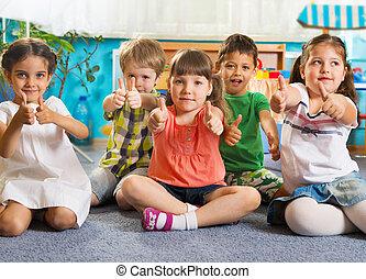 cinco, pequeno, crianças, com, polegares cima