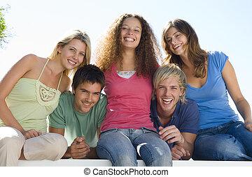 cinco personas, en, balcón, sonriente