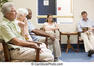 cinco pessoas, esperando, em, sala de espera