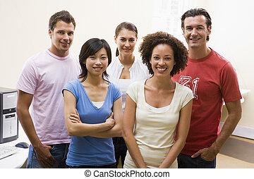 cinco pessoas, ficar, em, quarto computador, sorrindo