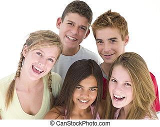cinco, sorrindo, amigos, junto