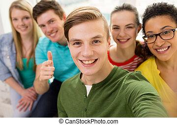 cinco, sorrindo, estudantes, levando, selfie, em, escola