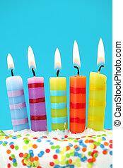 cinco, velas de cumpleaños, en, fondo azul