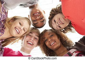 cinq, adolescent, amis, regarder bas, dans, appareil photo