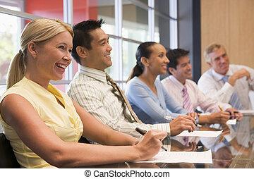 cinq, businesspeople, à, salle réunion, table, sourire