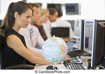 cinq, businesspeople, dans, espace bureau, à, globe bureau,...
