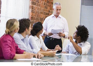 cinq, businesspeople, dans, réunion salle réunion