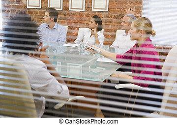 cinq, businesspeople, dans, salle réunion, fenêtre