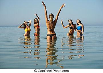 cinq, femmes heureuses, baigner, dans, mer