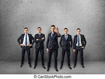 cinq, full-lenght, hommes affaires, debout, dans, différent, poses, isolé, sur, les, fond blanc