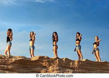 cinq, jeunes femmes